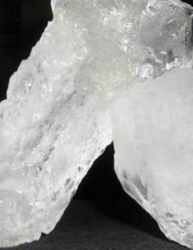 L'allume di rocca, il sale deodorante naturale amico della pelle