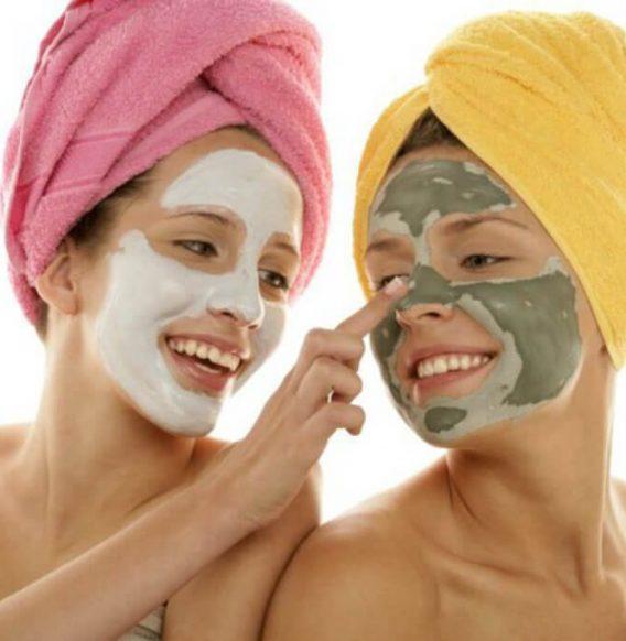 Pelle più giovane con la maschera antiossidante al melograno