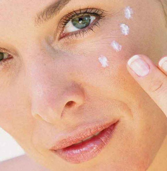 Idrata la tua pelle con una crema contorno occhi fai da te